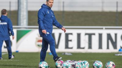 Dimitrios Grammozis gibt sein Bundesliga-Debüt als Coach des FC Schalke 04.