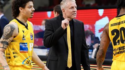 Die Siegesserie der MHP Riesen Ludwigsburg um Trainer John Patrick (M) ist gerissen.