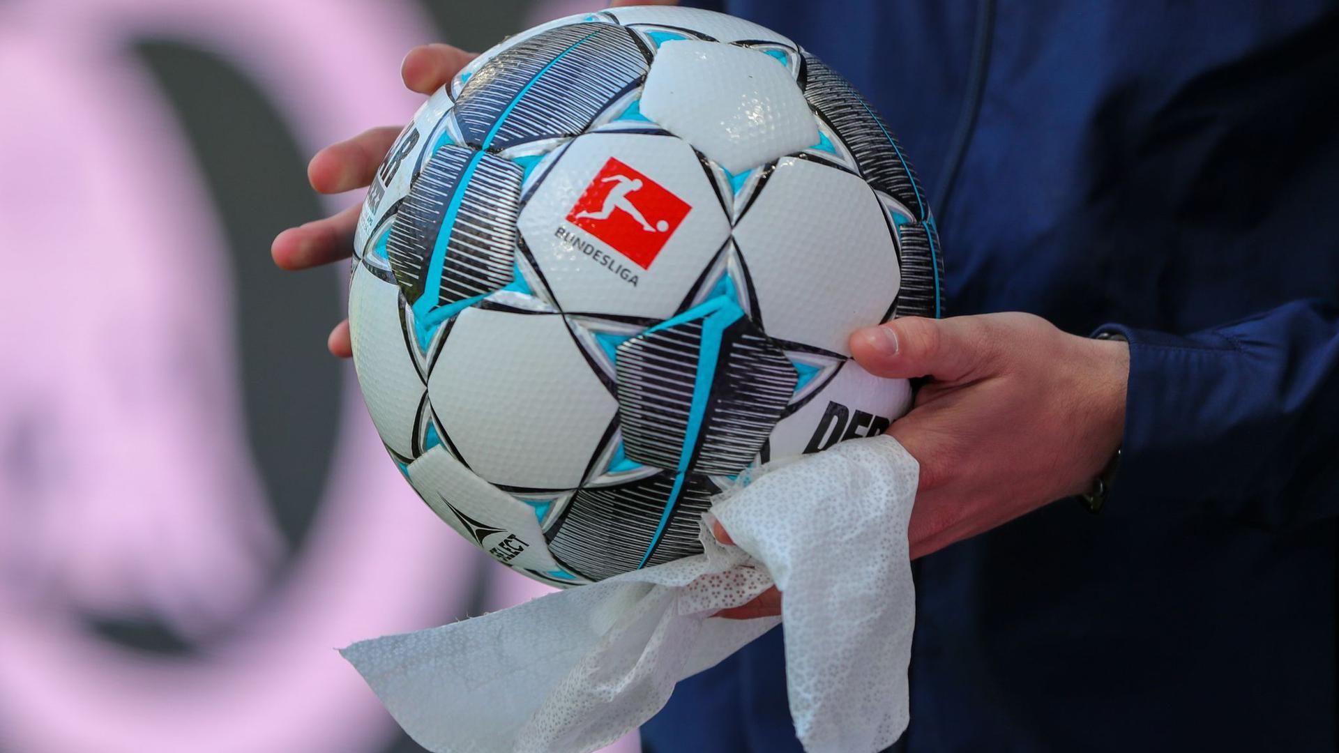 Die angespannte Corona-Lage stellt den Profi-Fußball im Saisonendspurt vor viele Probleme.