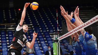 Pierre Pujol (l) von den Berlin Volleys beim Schmettern.