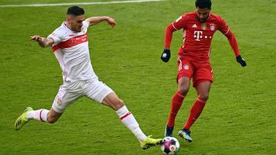 Stuttgarts Abwehrspieler Konstantinos Mavropanos im zweikampf mit Münchens Serge Gnabry.