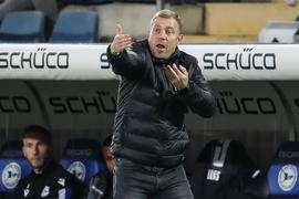 Bielefelds Trainer Frank Kramer schaut nach dem Sieg gleich wieder nach vorne.
