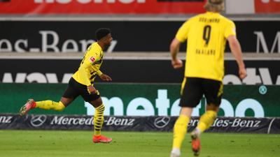 Dortmunds Ansgar Knauff (l) traf mit seinem ersten Bundesliga-Tor zum Sieg.
