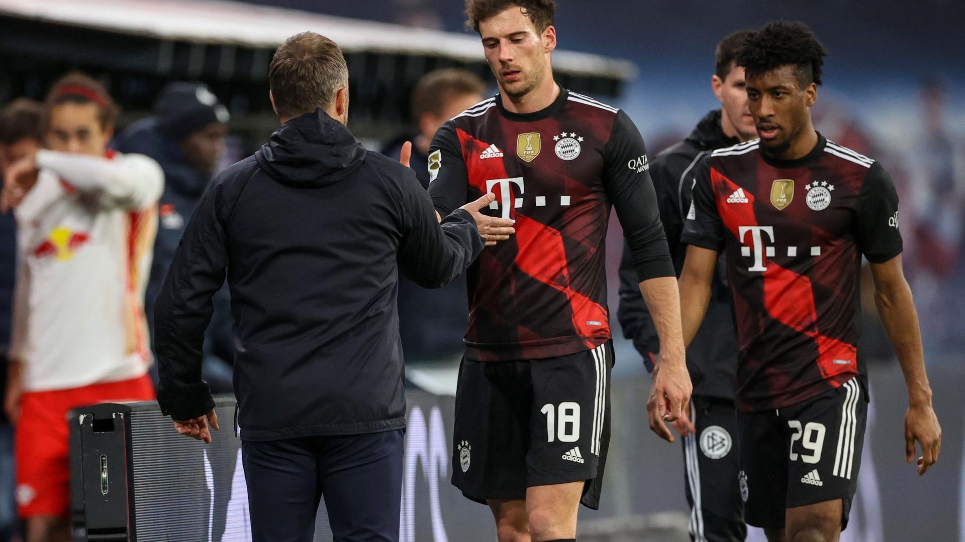 Gegen Paris Saint-Germain gehört Leon Goretzka (r) nicht mit zum Kader von Bayern München.