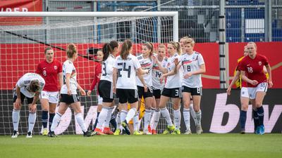 Beim Sieg über Norwegen erzielte Laura Freigang den Ausgleich: Deutschlands Spielerinnen jubeln nach dem Tor zum 1:1.