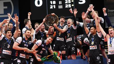 Die Spieler der Berlin Volleys feiern die Deutsche Meisterschaft.