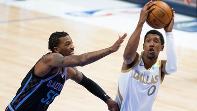 Josh Richardson (r) von den Dallas Mavericks und Delon Wright von den Sacramento Kings in Aktion.