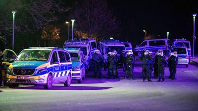 """Polizeibeamte im Einsatz vor der Veltins-Arena, nachdem Spieler nach der Rückkehr mit """"massiven Aggressionen"""" konfrontiert wurden."""