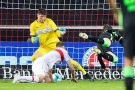 VfL-Torjäger Wout Weghorst (r) sorgte beim Wolfsburger Sieg in Stuttgart für die Vorentscheidung.