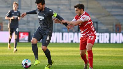 KSC-Profi Jérôme Gondorf (l) schirmt den Ball gegen den Würzburger Dominik Meisel ab.
