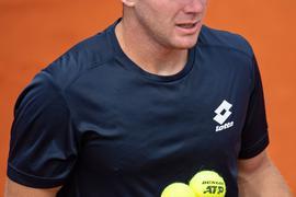 Dominik Koepfer hält zwei Tennisbälle in der Hand.