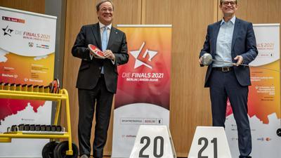 Michael Müller (r) und Armin Laschet bei der bei der Präsentation des zweiten Finals-Projekts nach 2019.