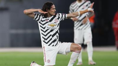 Manchester Uniteds Torschütze Edinson Cavani (l) feiert sein Tor zum zwischenzeitlichen 2:2-Ausgleich.