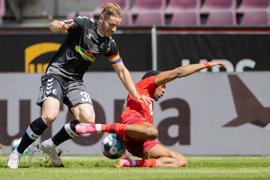 Der Kölner Kingsley Ehizibue (r) geht im Zweikampf mit Christian Günter zu Boden.