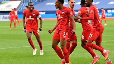 Die Herthaner feiern den 2:1-Sieg beim FC Schalke 04.