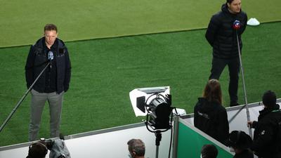 Dortmunds Trainer Edin Terzic (r) und Leipzigs Trainer Julian Nagelsmann geben vor dem Anpfiff des DFB-Pokalfinals TV-Interviews.