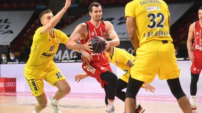 Die Bayern-Basketballer um Paul Zipser (M.) setzten sich gegen Alba Berlin durch.