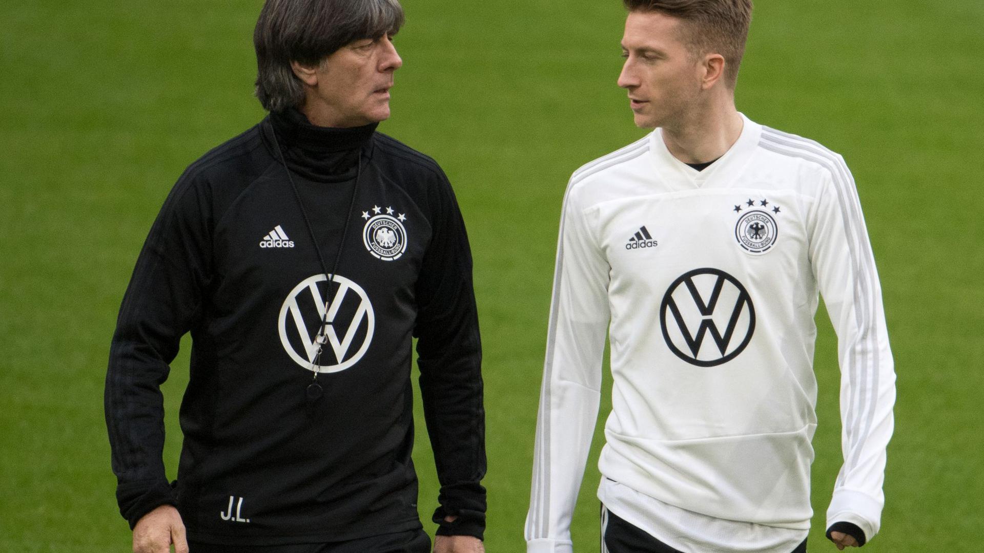 Marco Reus (r) verzichtet nach Rücksprache mit Joachim Löw auf die EM.