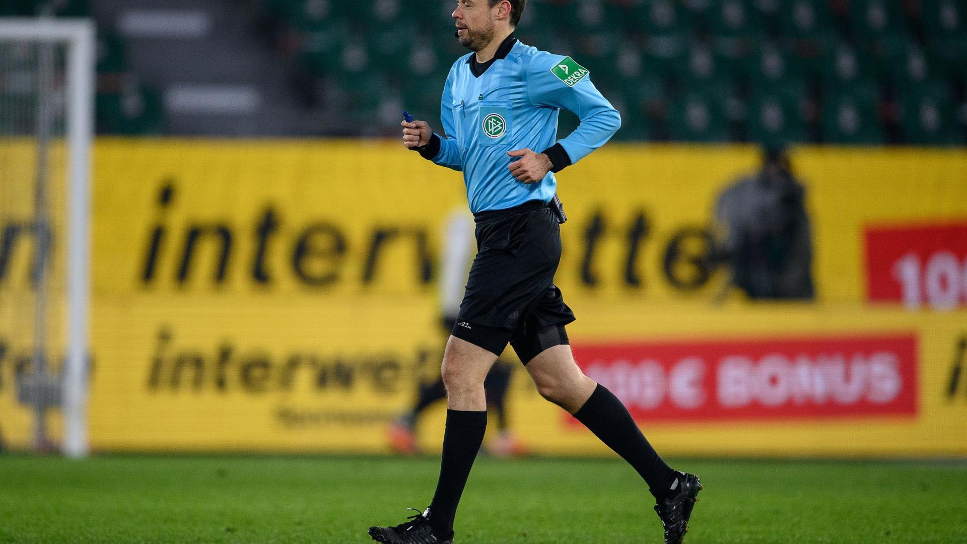 Schiedsrichter Markus Schmidt läuft über das Spielfeld.