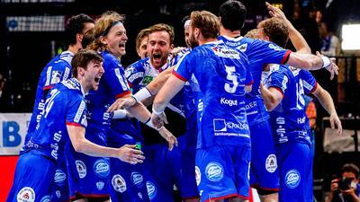Die Spieler vom TBV Lemgo Lippe feiern den Sieg über MT Melsungen.