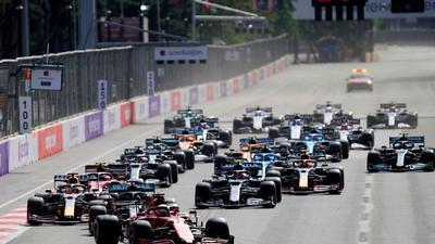 Charles Leclerc führt das Feld kurz nach Start des Rennens mit seinem Ferrari-Boliden an.