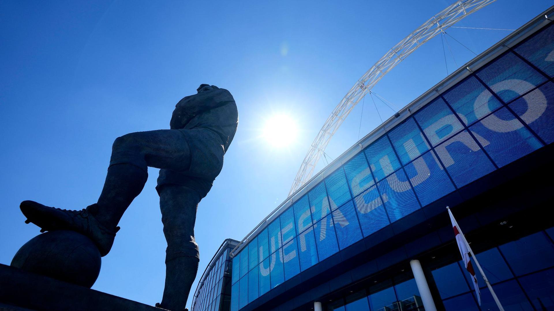 Die Statue von Englands Fußballlegende Bobby Moore steht vor dem UEFA-Euro-Schild am Eingang des Wembley-Stadions.