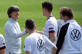 Bundestrainer Joachim Löw (l) und das DFB-Team fiebern dem WM-Auftakt gegen Frankreich entgegen.