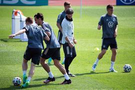 Kombination aus angespannter Arbeit und lockeren Übungen: Bundestrainer Joachim Löw (M) leitet das Training seiner Mannschaft.