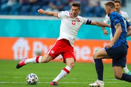 Die Polen um Weltfußballer Robert Lewandowski (l) taten sich schwer.