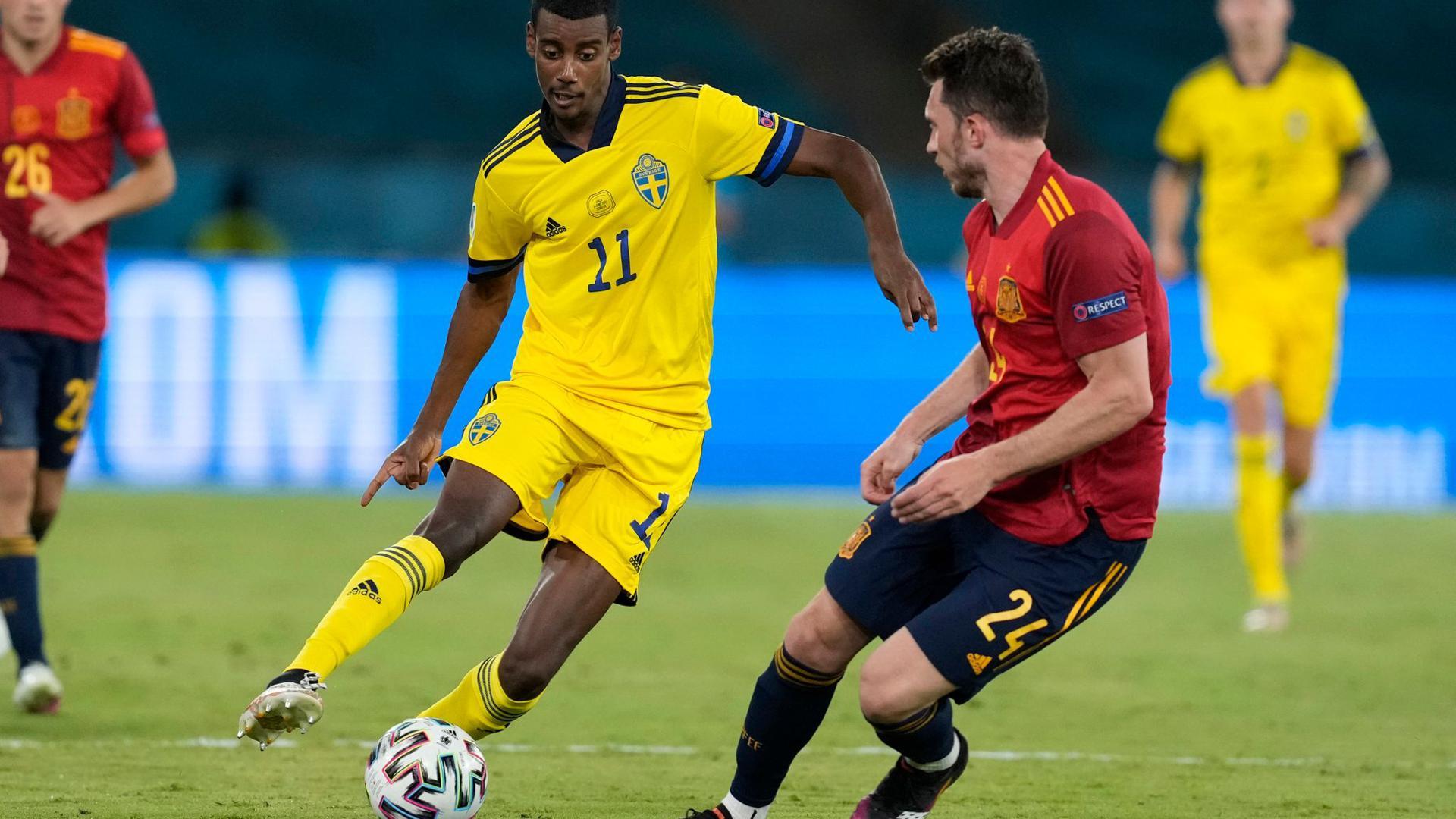 Schwedens Alexander Isak (l) kämpft mit Spaniens Aymeric Laporte (r) um den Ball.
