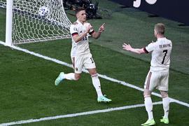 Belgiens Thorgan Hazard (l) und sein Teamkollege Kevin De Bruyne feiern den Treffer zum 1:1-Ausgleich.