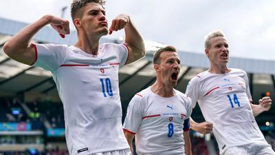 Patrik Schick (l-r) aus Tschechien feiert mit Vladimír Darida und Jakub Jankto nachdem er bei einem Elfmeter die Führung für seine Mannschaft erzielte.