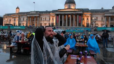 Englische Fußballfans reagieren am Trafalgar Square, während sie das Spiel verfolgen.