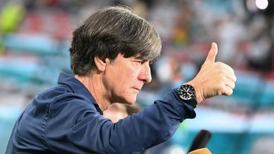 Bundestrainer Joachim Löw zeigt beim Interview einen Daumen nach oben.