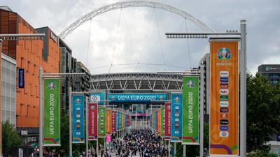 Zuschauer strömen in London ins Wembley Stadion.
