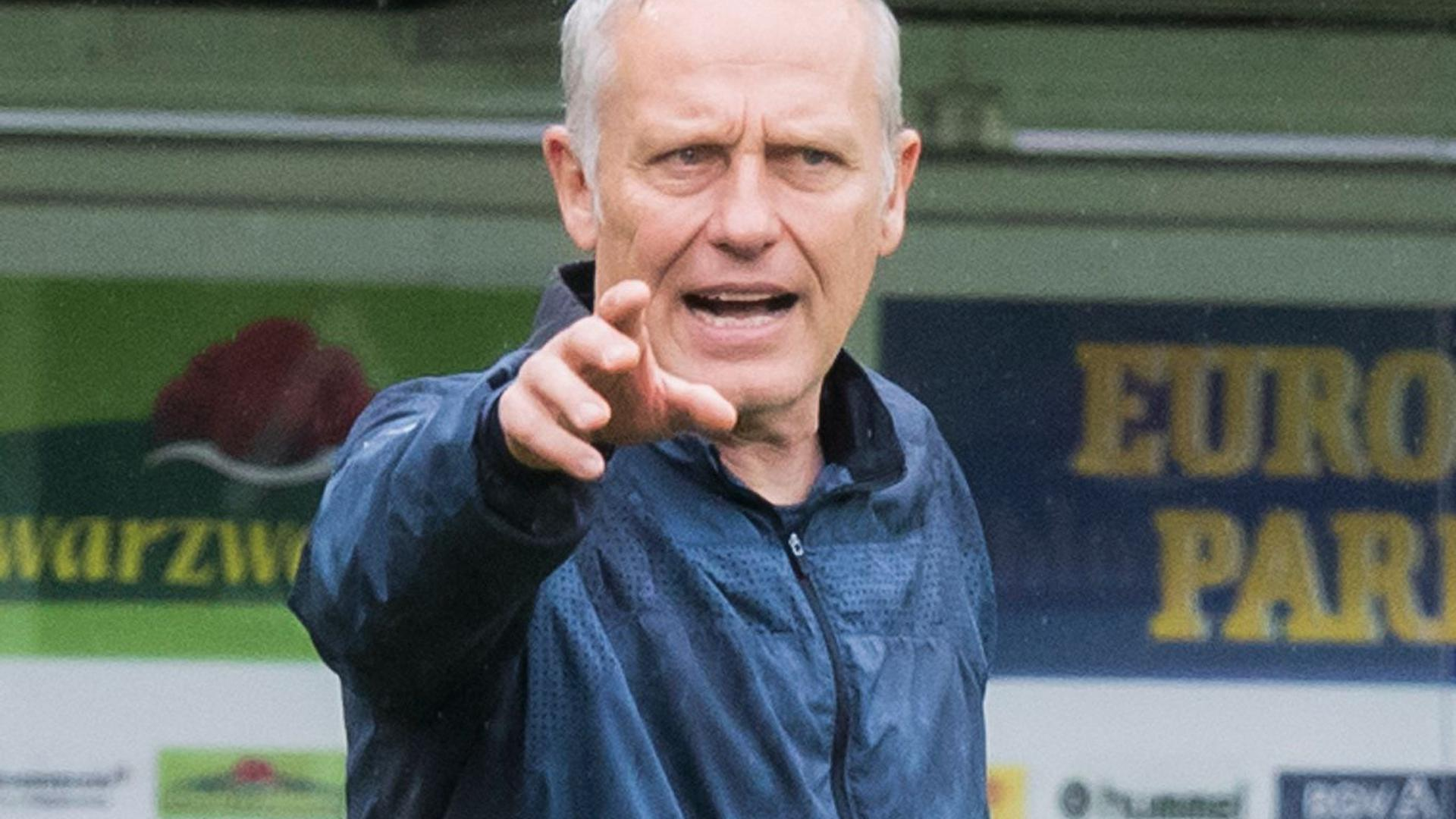 Freiburgs Trainer Christian Streich gestikuliert.