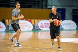 Vorbereitung auf Tokio: Johannes Voigtmann (l) und Basketball-Bundestrainer Henrik Rödl.