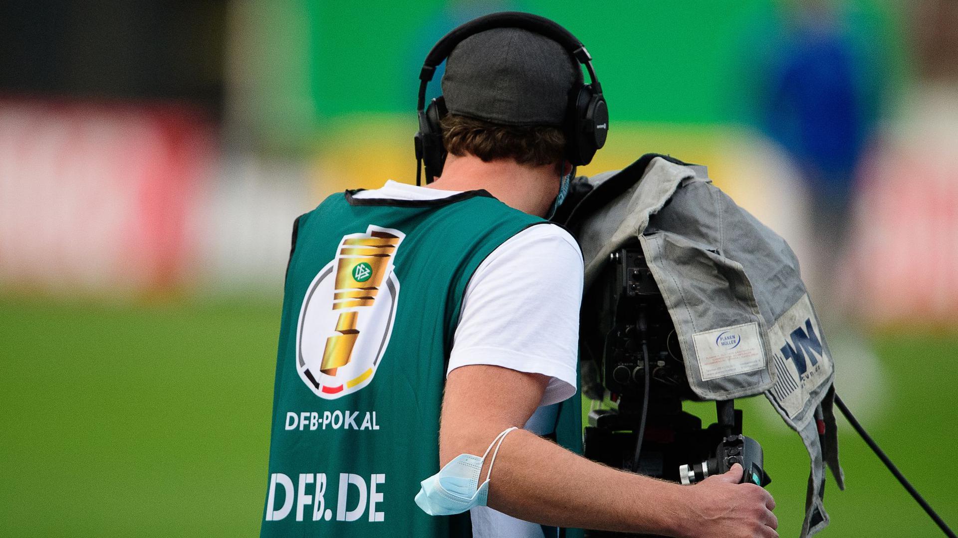 Ein Kameramann während eines Erstrundenspiels im DFB-Pokal.