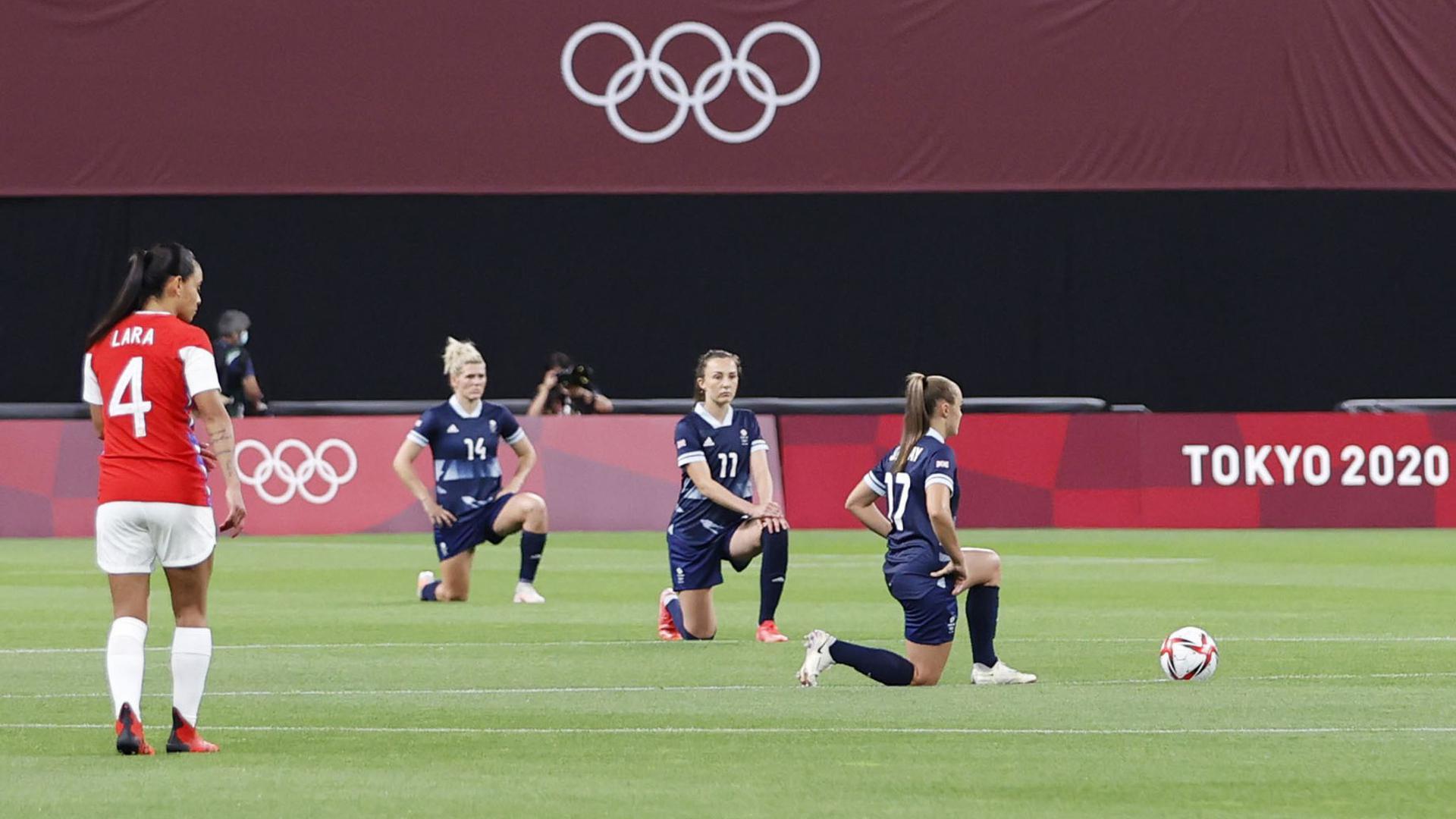 Weil der Kniefall von fünf Frauenfußball-Teams in den Zusammenschnitten fehlte, hatte es Kritik am IOC gegeben.