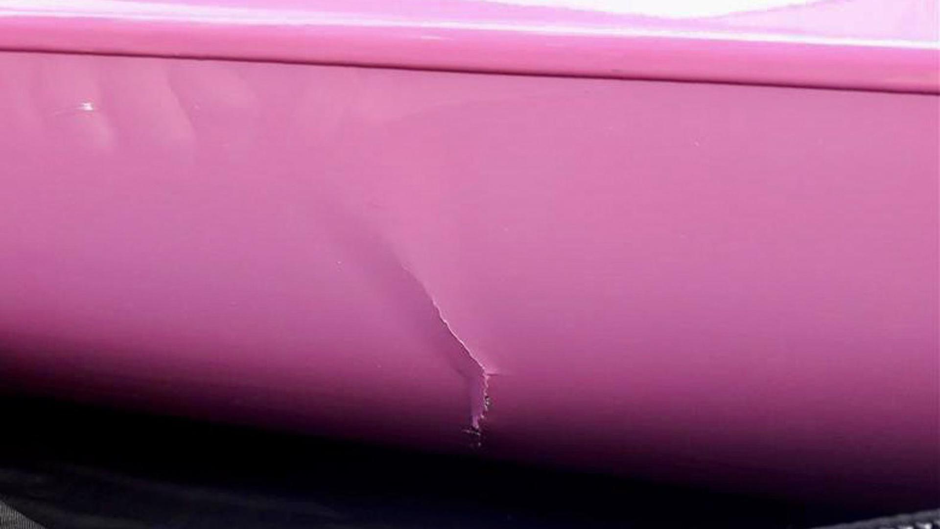 Ein Gabelstapler hat das pinke Viererkajak schwer beschädigt.