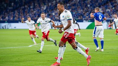 Robert Glatzel (M) drehte mit seinem Tor den Zweitliga-Auftakt auf Schalke zu Gunsten des HSV.