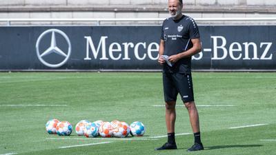 Trainer Pellegrino Matarazzo gibt Anweisungen.