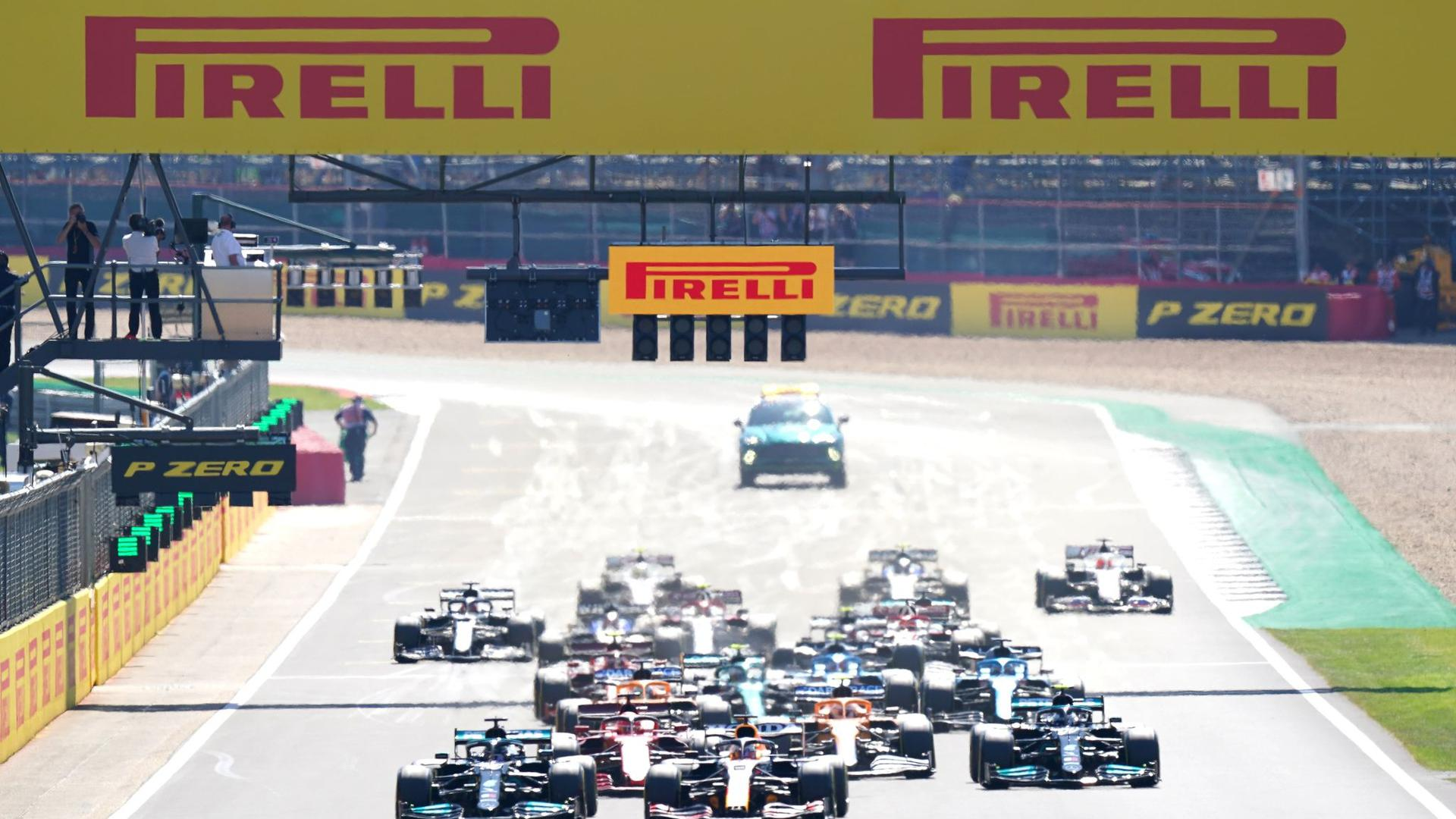 Direkt nach dem Start in Silverstone kam es zum Crash zwischen Lewis Hamilton (vorn, l) und Max Verstappen (vorn, M).