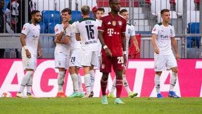Die Gladbacher Spieler (hinten) feiern das Tor zum 1:0 gegen Bayern München.