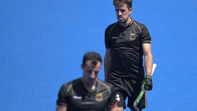 Die deutschen Hockey-Herren um Timur Oruz (l) und Benedikt Furk verloren gegen Südafrika.