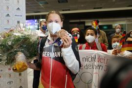 Sarah Köhler steht mit ihrer Bronzemedaille nach ihrer Ankunft aus Tokio auf dem Frankfurter Flughafen.