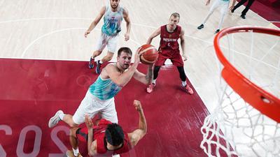 Die deutschen Basketballer sind an Slowenien und NBA-Superstar Luka Doncic (M) gescheitert.