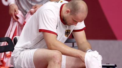 Deutschlands Paul Drux sitzt nach der Niederlage gegen Ägypten enttäuscht auf der Bank.