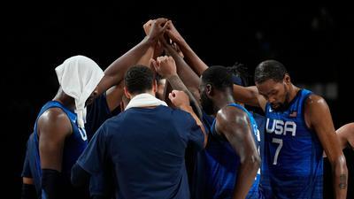 Die US-Basketballer um Superstar Kevin Durant (r) stehen im Olympia-Finale.