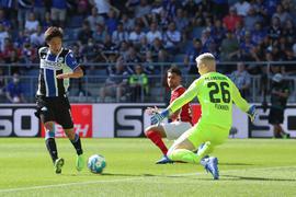 Bielefelds Masaya Okugawa (l) scheitert an Freiburgs Torwart Mark Flekken.